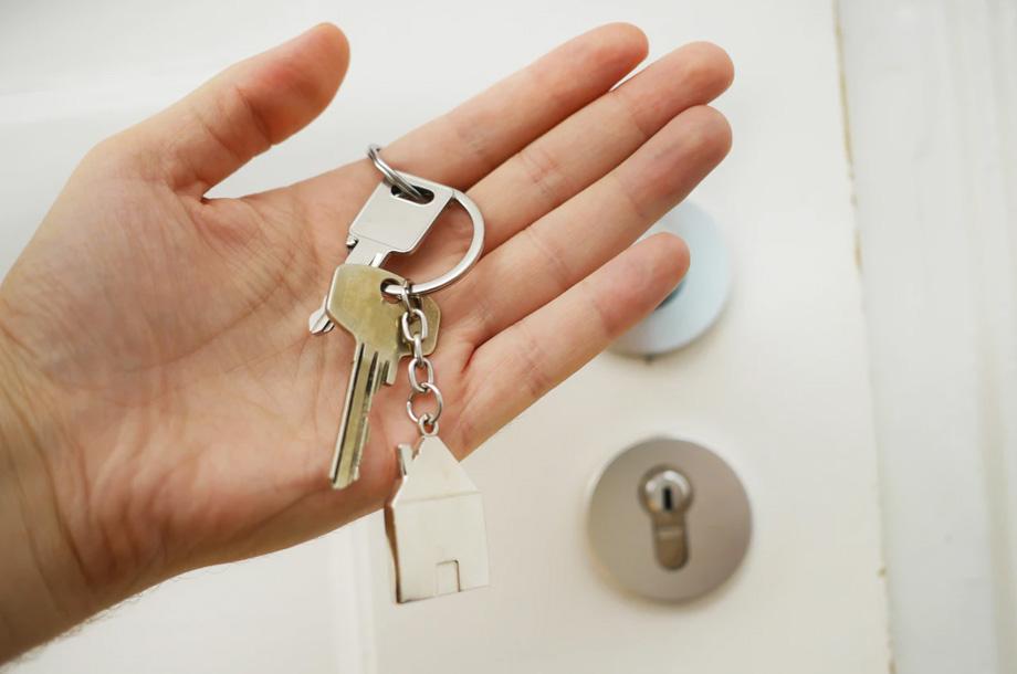 Holding keys | Thompson Insurance | Landlord Insurance